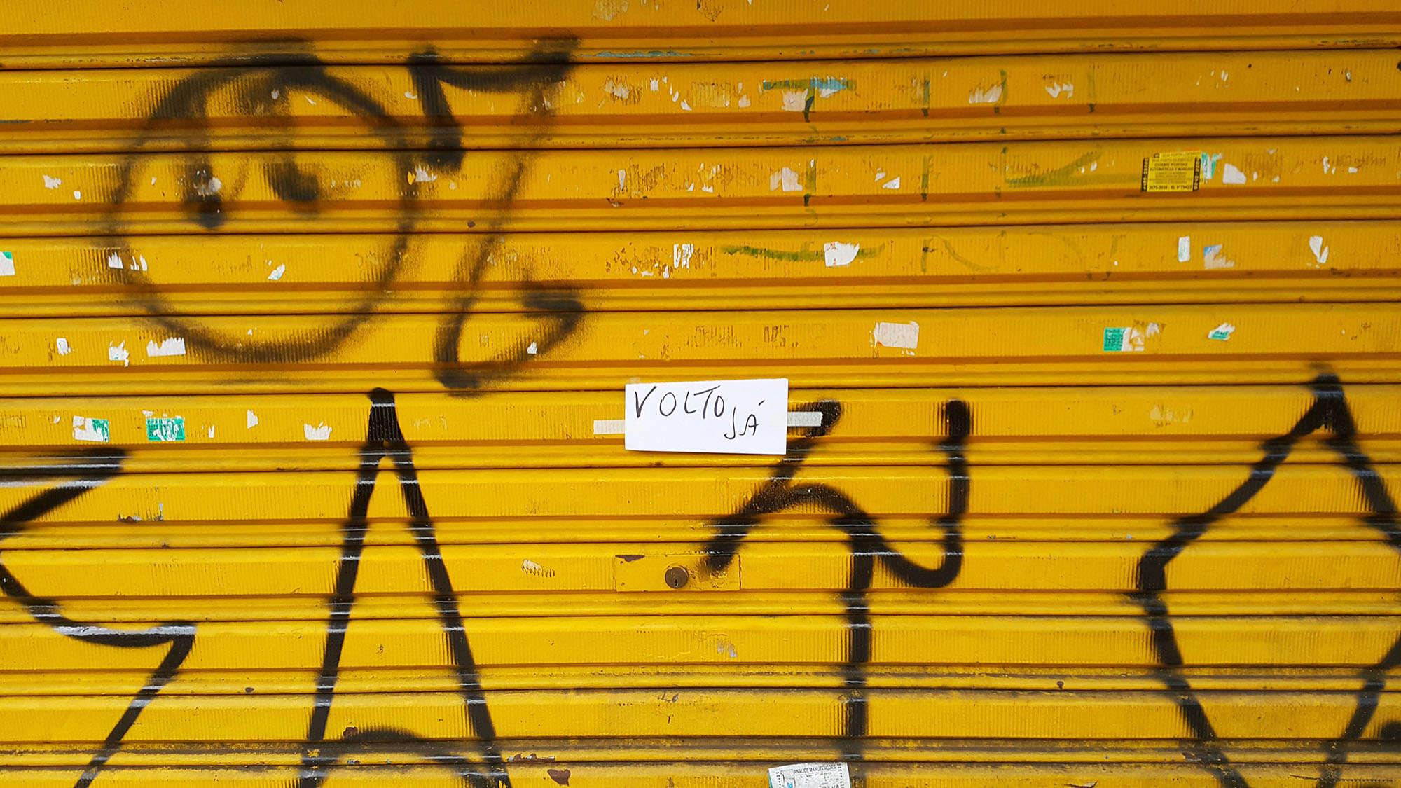porta amarela em uma rua em são paulo