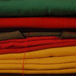 . É a nossa segunda pele. Cada tecido tem uma História. E a gente quer desenvolver a contação de Histórias dos tecidos. A gente veste Histórias. E quando a gente veste Histórias, a gente cria Histórias.