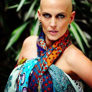 Flávia com seus lenços e uma das inúmeras formas de utiliza-los. Foto de Ricardo Wolff.