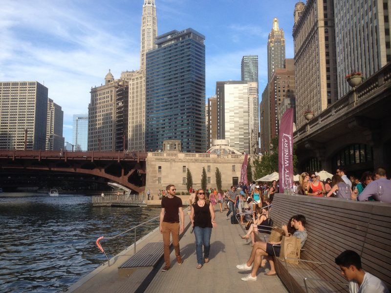 Flicr|CC|LilyyyB | Moradores de Chicago aproveitando um dia de sol ao longo do Rio.