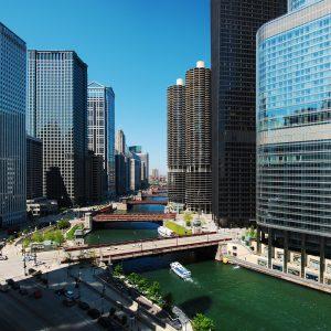 Flicr|CC|Ian Freimuth | As curvas do rio cor esmeralda e seus prédios.