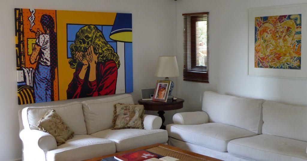 """Foto de um dos cantos da casa, com a tela de Newton Mesquita """"Que Ódio"""" em destaque"""