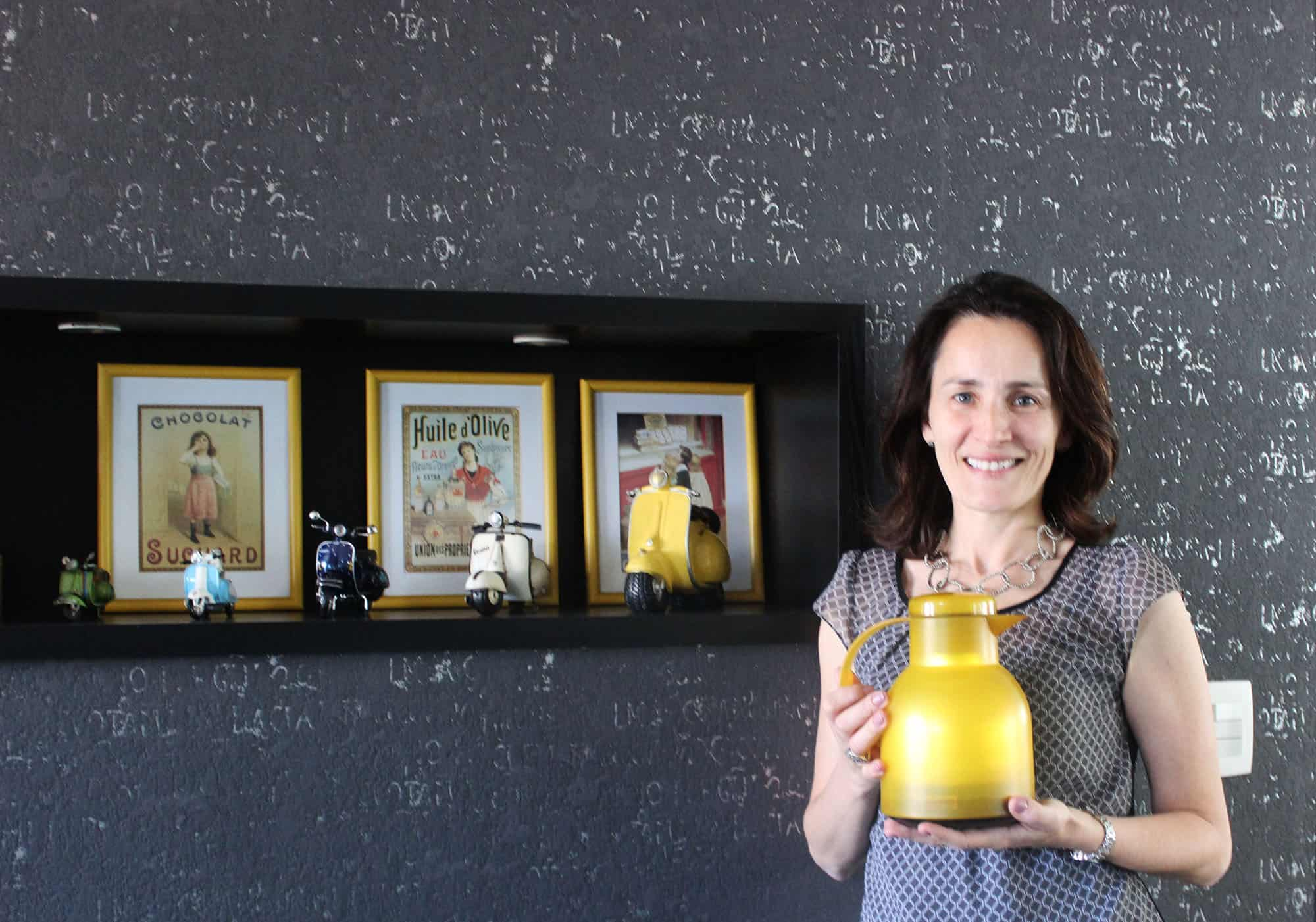 Maria Paz e sua Garrafa Térmica Amarela